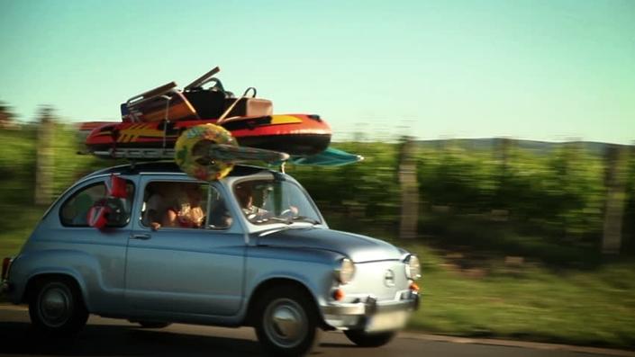 …74% des vacanciers vont partir en voiture, et 80% d'entre eux auront pris le soin de regonfler les pneus de leur voiture avant le départ. (6) A l'inverse, 16% des Français assurent n'effectuer aucune vérification avant de prendre la route des vacances. (7)
