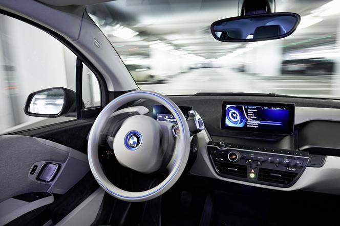 """BMW dévoile la fonction """"Valet"""" pour laisser son auto aller se garer seule"""