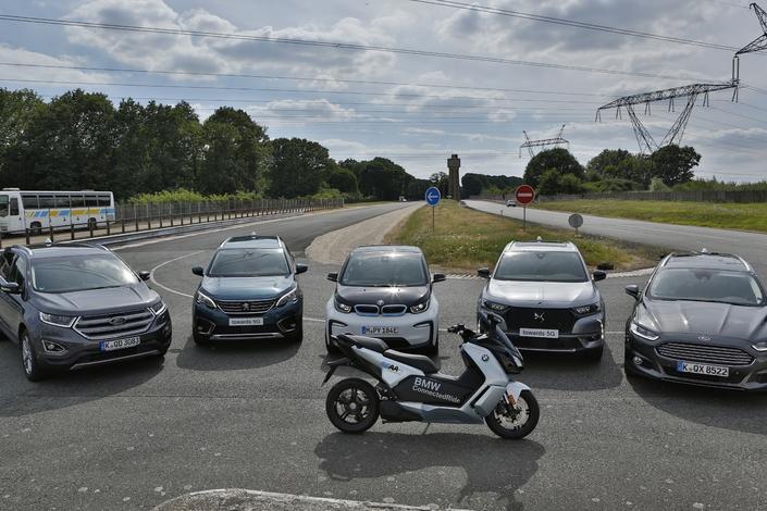 Les constructeurs s'accordent pour connecter leurs véhicules entre eux. Ils en font la démonstration pour la première fois en Europe, ici avec un Ford Edge, un Peugeot 5008, une BMW i3, un DS7 Crossback, une Ford Mondeo SW ainsi qu'un scooter électrique BMW C evolution.