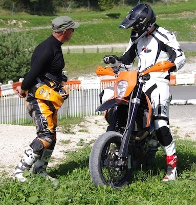 Stage supermotard made in KTM: le one to one.