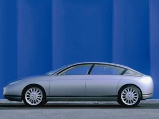 Présenté en 1999, le concept C6 Lignage avait déjà des ressemblances avec la CX.