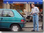 Gag : comment recharger une voiture électrique dans la rue ?
