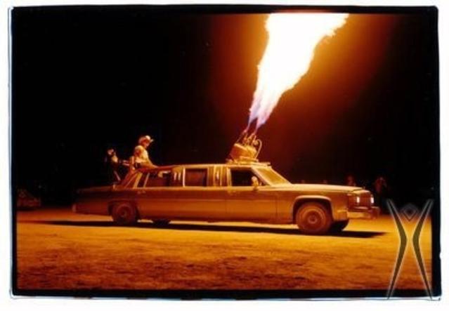"""Le feu est une part importante du Burning Man. Cet homme a voulu des flammes aussi """"big"""" que son auto."""
