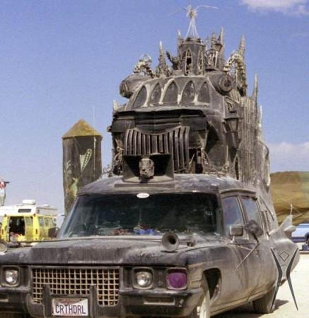 """La """"carthedral"""", en référence à la plaque d'immatriculation. Cette Cadillac là est bien chargée."""