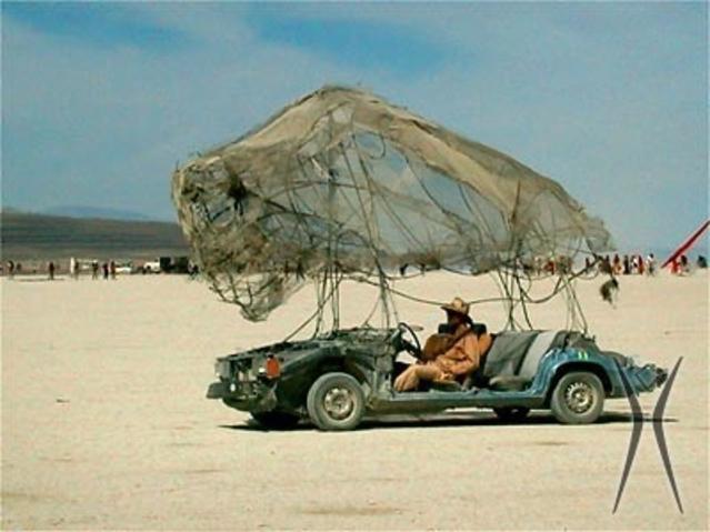 La chaleur dans le désert du Nevada à la fin août est accablante. Un parasol n'est pas en trop. Quant à l'auto : une Volvo, oui, mais laquelle, hein ?