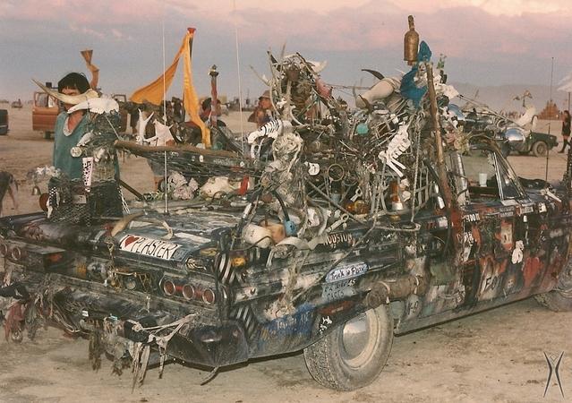 Les premiers Burning Man font déjà fort. Cette pauvre Chevrolet Impala a dû voir de bien meilleurs jours… (1995)