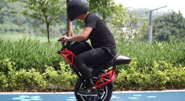 Un engin monoroue électrique au look de Ducati Monster (+vidéo) S1-une-moto-monoroue-electrique-a-vendre-sur-alibaba-672705