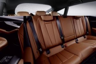 Les places arrières sont évidemment moins anecdotiques que sur le coupé grâce notamment à l'allongement de l'empattement de 1,4 cm