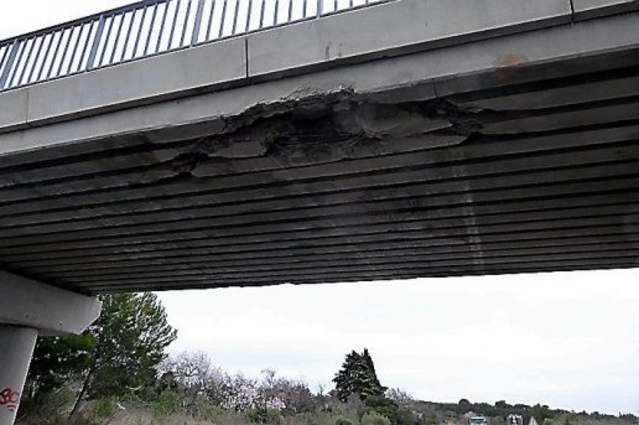 Insolite: un camion rempli de nouveaux Scénic percute un pont