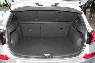 Avec 395 litres, le volume de coffre est dans la moyenne de la catégorie.