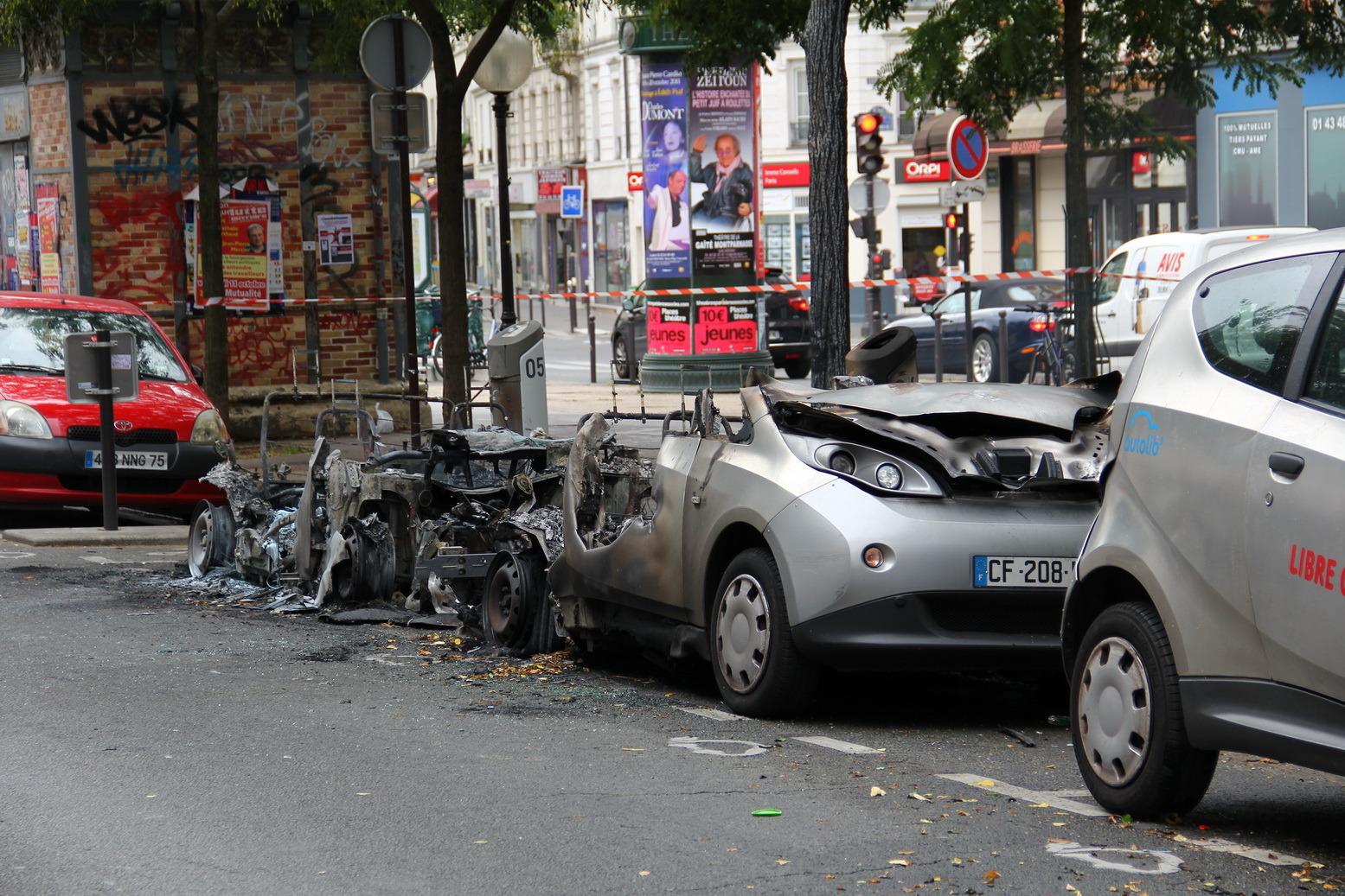 deux autolib en feu dans paris ce matin. Black Bedroom Furniture Sets. Home Design Ideas