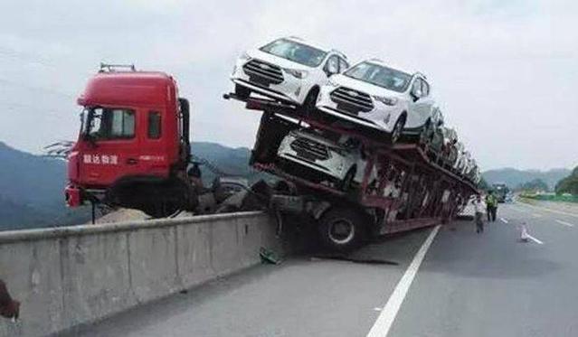 Insolite : les voitures de sa remorque lesauvent d'une mort certaine