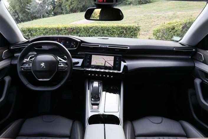 Le conducteur est clairement l'objet de toutes les attentions dans cet habitacle que scinde un imposant tunnel central. Visibilité périphérique et ergonomie d'ensemble satisfont, même si l'on aurait apprécié des rangements supplémentaires.