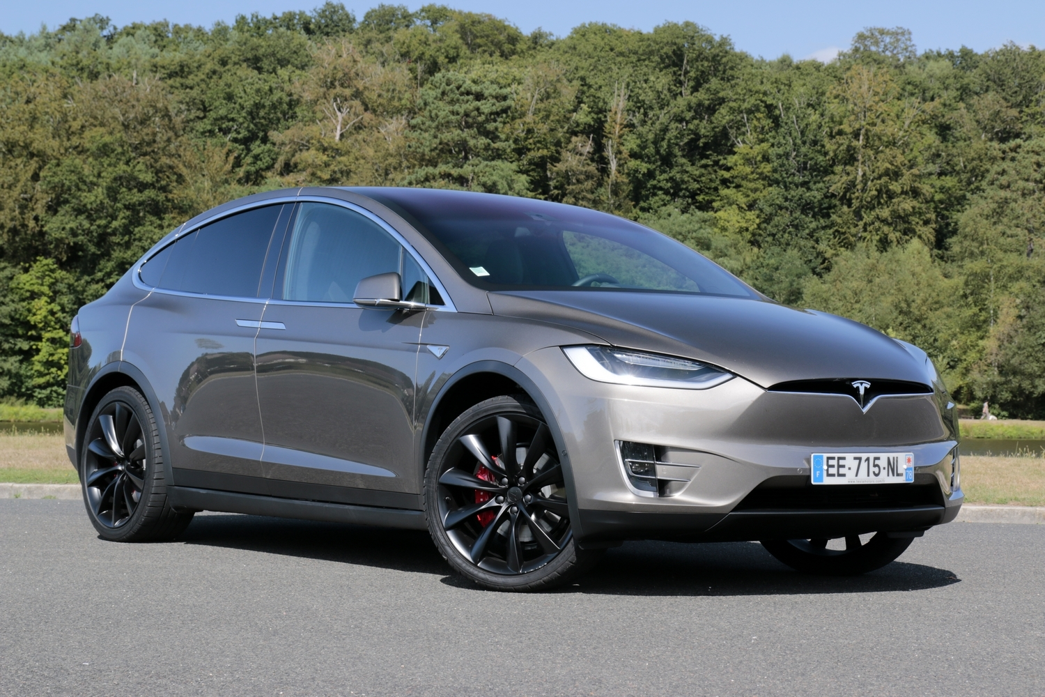 tesla 4x4 prix la tesla model s 4x4 nommee p85d tesla model x infos sur le prix et la. Black Bedroom Furniture Sets. Home Design Ideas