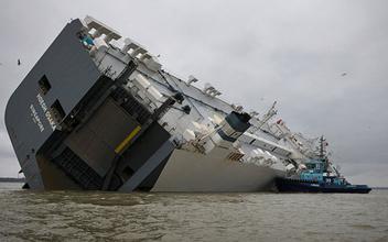 1400 voitures de luxe coincées dans un cargo échoué