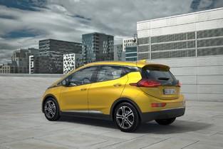 L'Ampera-e est la sœur jumelle de la Chevrolet Bolt. Avec 4,17m de longueur, elle hésite entre citadine et compacte.