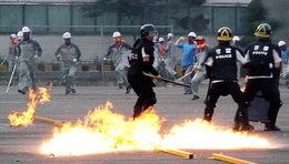 Grève en Corée : les forces anti-émeute assiègent l'usine Ssangyong de Pyeongtaek