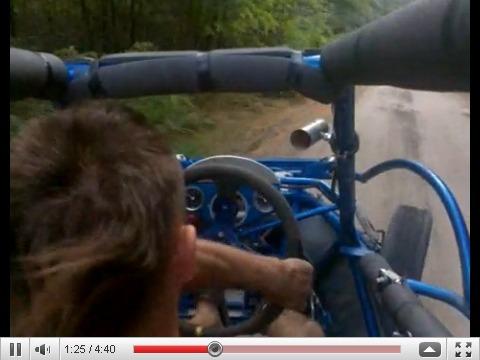 Torse nu et en sandales dans un buggy de 400ch pour 750kg : Darwin se marre