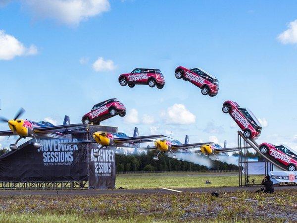 Insolite : une Mini saute au-dessus d'un avion et manque rater son atterrissage