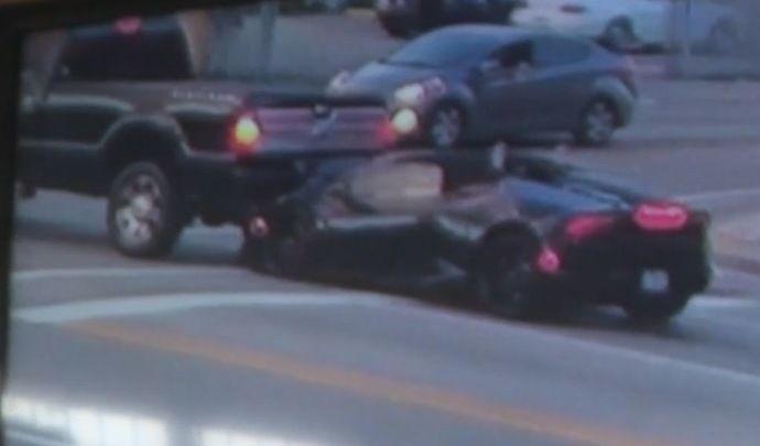 Ils abandonnent leur Lamborghini accidentée en pleine rue