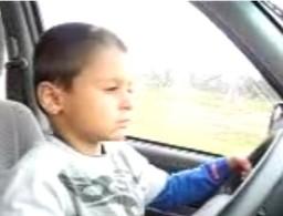Vidéo irresponsable : Un enfant de 7 ans conduisant toute sa petite famille... (à 70 km/h et sous la pluie) !