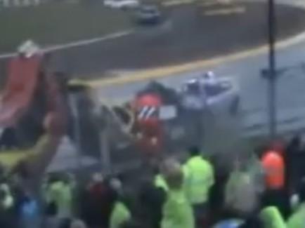 [Vidéo] Les autos se crashent devant lui, il est super content