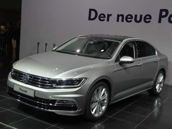 vid o nouvelle volkswagen passat caradisiac tait la pr sentation officielle. Black Bedroom Furniture Sets. Home Design Ideas