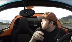 Il perd le toit de sa Lotus sur l'autoroute