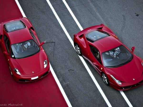 Photo : passage de témoin entre la Ferrari F430 et la 458 Italia