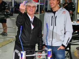 F1, humour et doigt d'honneur : Red Bull offre un déambulateur hi-tech à Bernie Ecclestone pour ses 80 ans