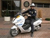 New-York : les policiers expérimentent le scooter 100% électrique Vectrix !
