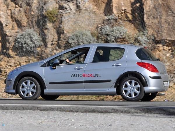 Surprise : un mulet de la Peugeot 301 (oui, 301) en balade