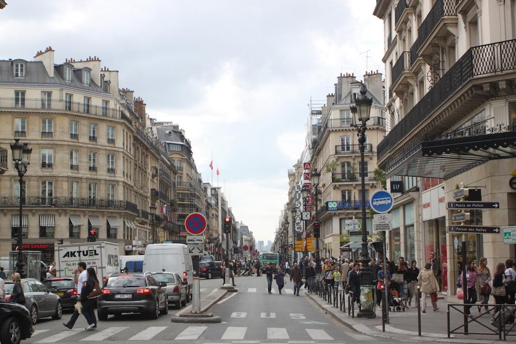 Paris rue de rivoli une piste cyclable va remplacer une voie de circulation - Salon de the rue de rivoli ...