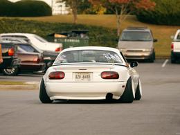 Une Mazda MX5 .... curieuse !