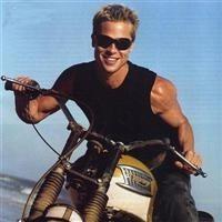 Brad Pitt aime la moto, les motos, ses motos.