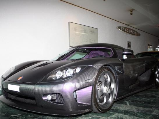 Une Koenigsegg CCX en finition carbone et intérieur violet