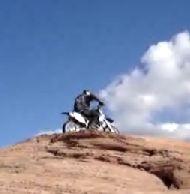 Vidéo moto : sur le fil du rasoir.