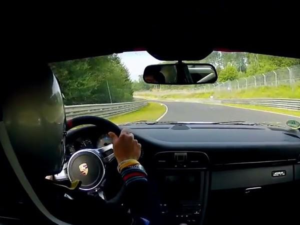 Une Porsche GT3 RS 4.0l sur le Nürburgring qui va vite, très vite...
