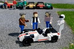 Une Caterham R500 en Lego avec un Stig, un Clarkson, un Hammond et un May