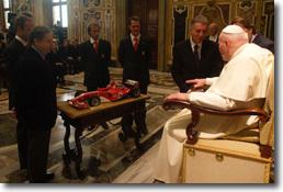 Michael Schumacher offre une Ferrari au pape