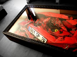 Insolite : une Ferrari compressée dans une table basse