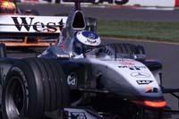 Mika Hakkinen pilotera une MP4/21 à Barcelone