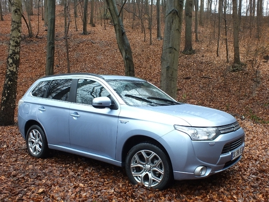 le mitsubishi outlander phev se vend bien. Black Bedroom Furniture Sets. Home Design Ideas