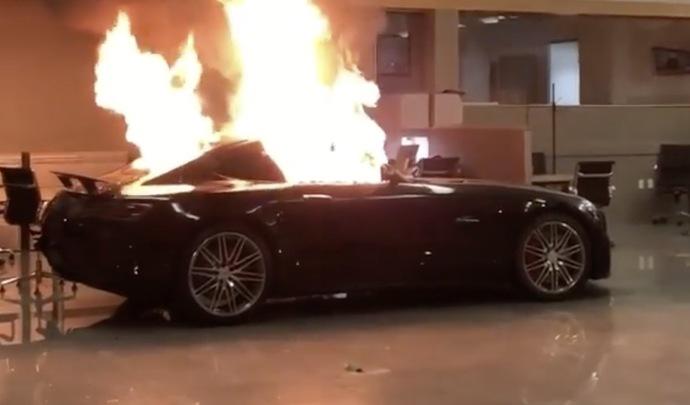 États-Unis : une Mercedes-AMG GT brûlée par des casseurs, des Dodge Charger volées