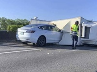 Crash : une Tesla Model 3 fonce sur un camion renversé