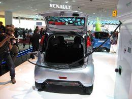 Bientôt les illuminations des Champs Elysées : la Peugeot iOn électrique, voiture officielle de l'inauguration