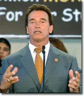 À moto contre une voiture, même Arnold Schwarzenegger ne fait pas le poids !