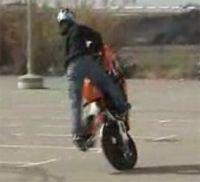 Vidéo moto : Stunt pas très scolaire
