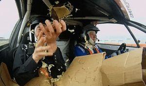 Il tente de se faire un burger dans une voiture de rallycross