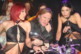 Quand la moto de Gérard Depardieu rencontre une voiture…